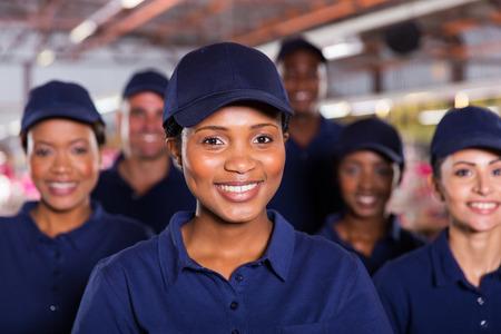 jeune travailleur d'usine africaine heureux avec des collègues