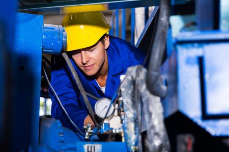 jonge industriële machine-operator op het werk