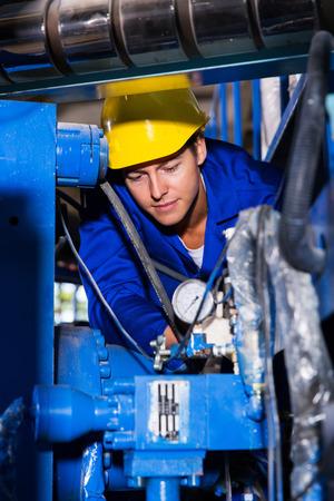 operador de la máquina industrial de cheques en la maquinaria Foto de archivo