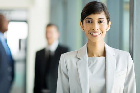 personas mirando: joven y bella mujer de negocios indio en la oficina Foto de archivo
