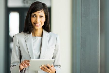 mujer trabajadora: retrato de mujer feliz carrera indio con tablet pc Foto de archivo