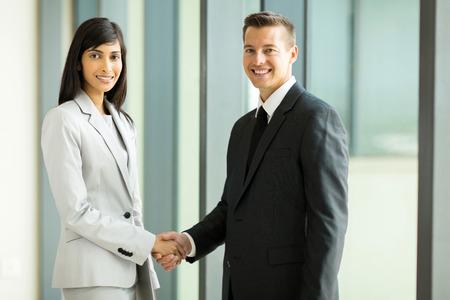 mujer trabajadora: asociados de negocios feliz apret�n de manos en la sala de conferencias