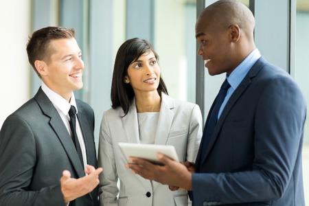 diversidad: empresarios multirraciales exitosos que trabajan en el PC tableta