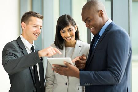 Equipe: équipe d'affaires convivial en utilisant un ordinateur tablette dans le bureau Banque d'images