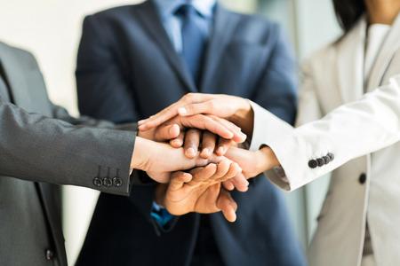 dichten van multiraciale mensen uit het bedrijfsleven hun handen samen, focus op handen Stockfoto