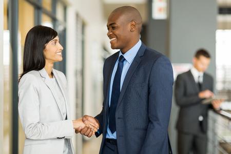 stretta di mano: professionale handshake indiani d'affari con uomo d'affari africano