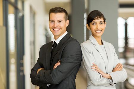 jovenes emprendedores: hermosas jóvenes empresarios con los brazos cruzados