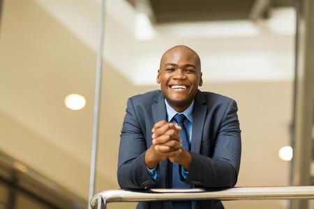 アフロアメリカン: 陽気な若いアフロ アメリカン ビジネスの男性