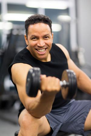 man working out: hombre guapo que trabaja con pesa