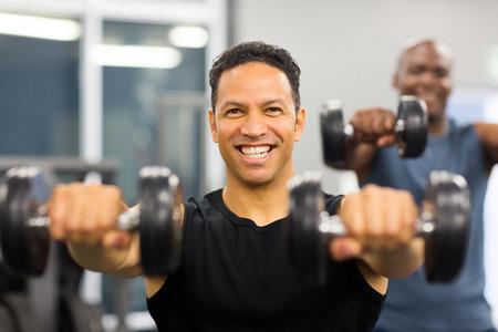fitness men: retrato de hombre sano de trabajo con pesas