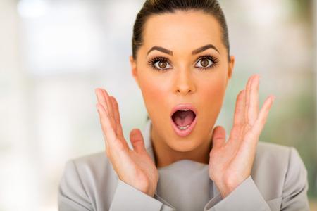 femme bouche ouverte: portrait d'affaires belle surprise Banque d'images