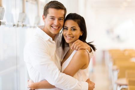 matrimonio feliz: retrato de los j�venes amantes de pareja abrazada