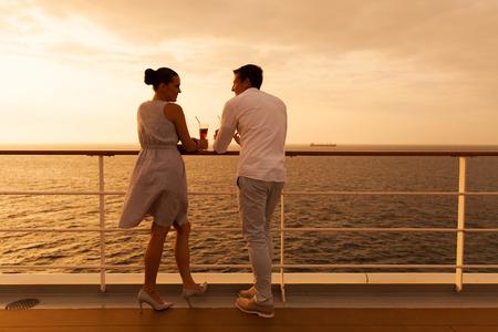 parejas romanticas: joven pareja disfrutando de un crucero de vacaciones Foto de archivo