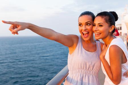 bateau voile: deux amis heureux sur un bateau de croisière