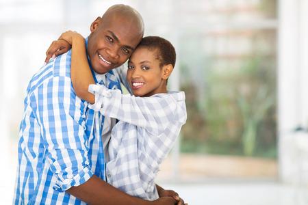 jovenes felices: Retrato de la feliz pareja joven africano que mira la c�mara