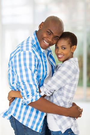 アフロアメリカン: 自宅を抱いて陽気なアフロ ・ アメリカ人のカップル 写真素材
