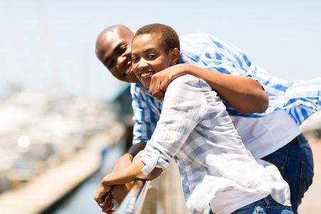 matrimonio feliz: feliz pareja afroamericana disfrutando de sus vacaciones en el puerto Foto de archivo