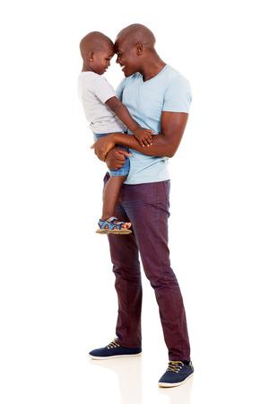 speelse Afrikaanse man met zijn kleine jongen op wit Stockfoto