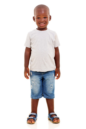 Feliz muchacho africano joven que se coloca en el fondo blanco Foto de archivo - 36757544
