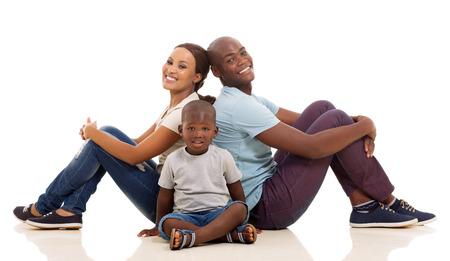bonhomme blanc: heureux jeune afro famille am�ricaine assis sur le plancher isol� sur fond blanc Banque d'images