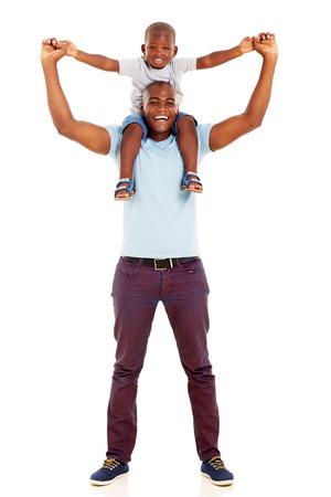 garcon africain: père africain ludique transportant fils sur ses épaules isolé sur fond blanc