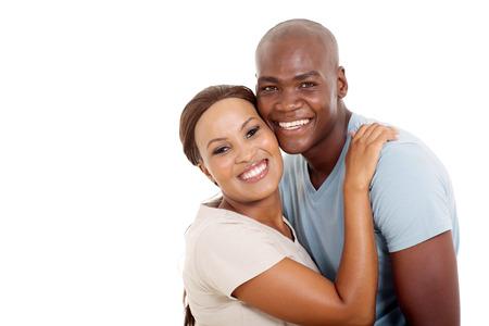 pareja abrazada: pareja africana joven linda aislada en el fondo blanco