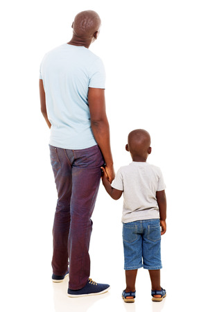 그의 아들과 함께 젊은 흑인 남자의 후면보기 흰색 배경에 고립