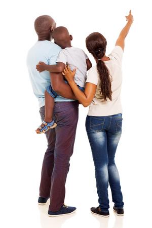 achteraanzicht van de Afro-Amerikaanse jonge gezin te wijzen op lege ruimte op een witte achtergrond