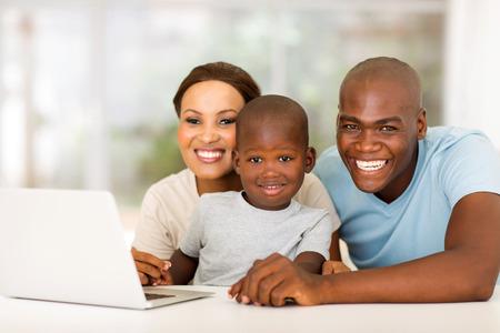 garcon africain: famille africaine joyeuse avec un ordinateur portable