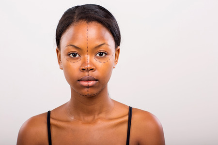 visage femme africaine: joli visage de femme africaine marqu�e de lignes pour la chirurgie esth�tique