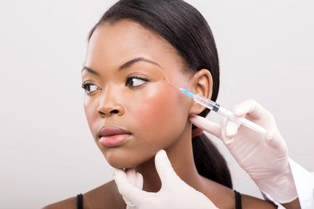 primer plano cara: m�dico cosm�tico inyectar mujer africana cara de cerca
