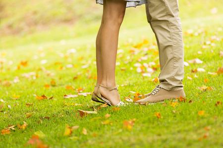 novios besandose: pareja bes�ndose al aire libre en el parque Foto de archivo