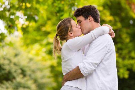 besos apasionados: pareja joven amante besos al aire libre