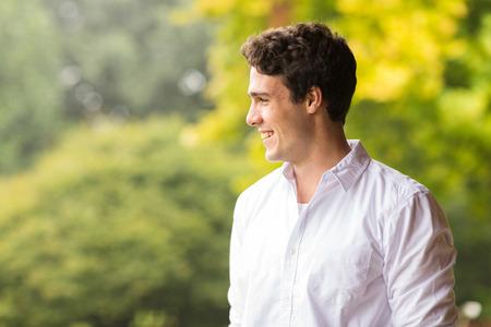 junge nackte frau: fröhlicher junger Mann stand im Freien