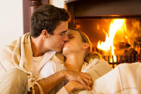 fogatas: joven pareja rom�ntica bes�ndose en la sala de estar