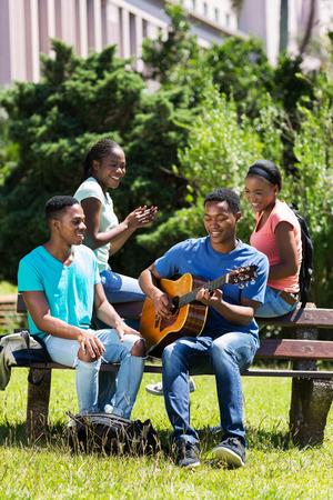 estudiantes adultos: grupo de amigos de la universidad afroamericano alegres que se divierten en el campus Foto de archivo