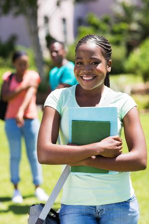 estudiantes adultos: estudiante universitario afro americano bastante femenina