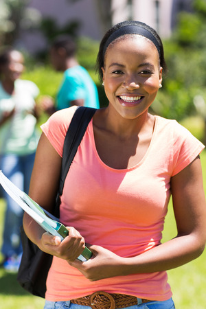 estudiantes adultos: atractiva estudiante Africana femenina en el campus
