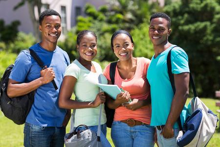 estudiantes adultos: grupo de estudiantes universitarios sonriente Africana de pie al aire libre