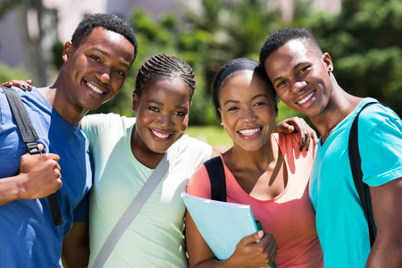 adult learners: feliz grupo de estudiantes universitarios africanos mirando a la cámara