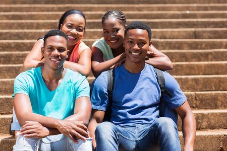 estudiantes adultos: j�venes estudiantes afro americano felices de la universidad en el campus
