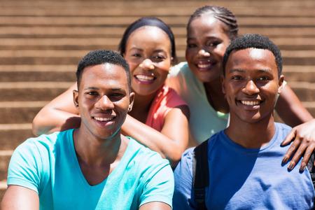 estudiantes adultos: grupo de hermosas amigos de la universidad del afroamericano Foto de archivo