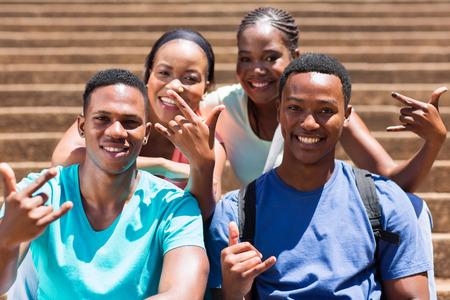 estudiantes adultos: grupo de estudiantes universitarios estadounidenses muestras de la mano feliz de África