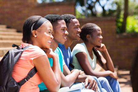 estudiantes adultos: feliz grupo de estudiantes universitarios africanos mirando a otro lado