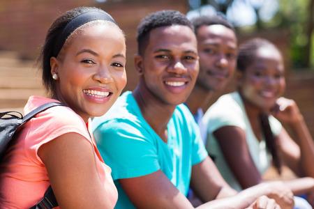 estudiantes adultos: estudiante universitario hermoso africano hembra con sus amigos en el campus