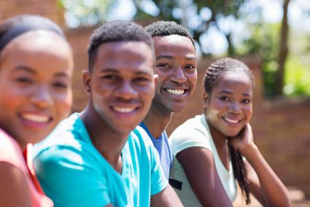 estudiantes adultos: alegres estudiantes universitarios afroamericanos en el campus