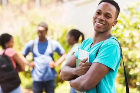 estudiantes adultos: alegre muchacho africano americano universitario en el campus