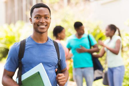 estudiantes adultos: feliz estudiante universitario negro mirando a la c�mara Foto de archivo