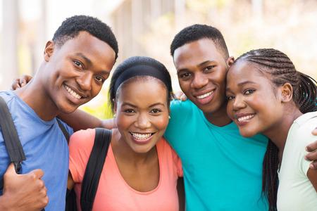 estudiantes adultos: grupo de amigos de la universidad africano alegre abrazos