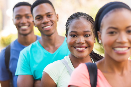 estudiantes adultos: grupo de atractivas estudiantes universitarios afroamericano fuera del campus